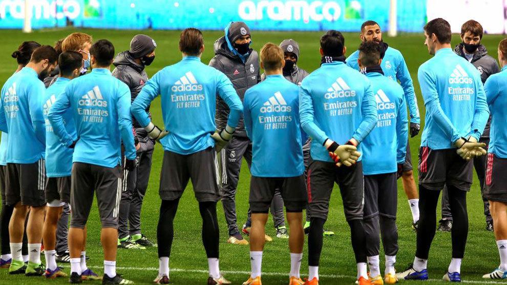 Zidane, durante una charla con sus jugadores
