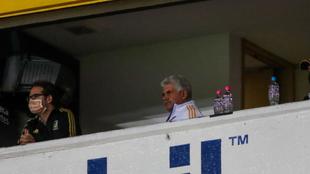 Ricardo Ferretti no usó cubrebocas en un palco del Estadio Jalisco. |