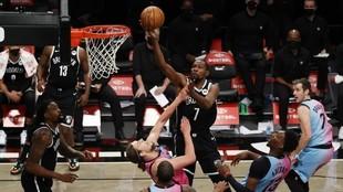 Kevin Durant trata de anotar ante los Heat.
