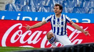 Oyarzabal celebra feliz el tanto que le hizo al Betis.