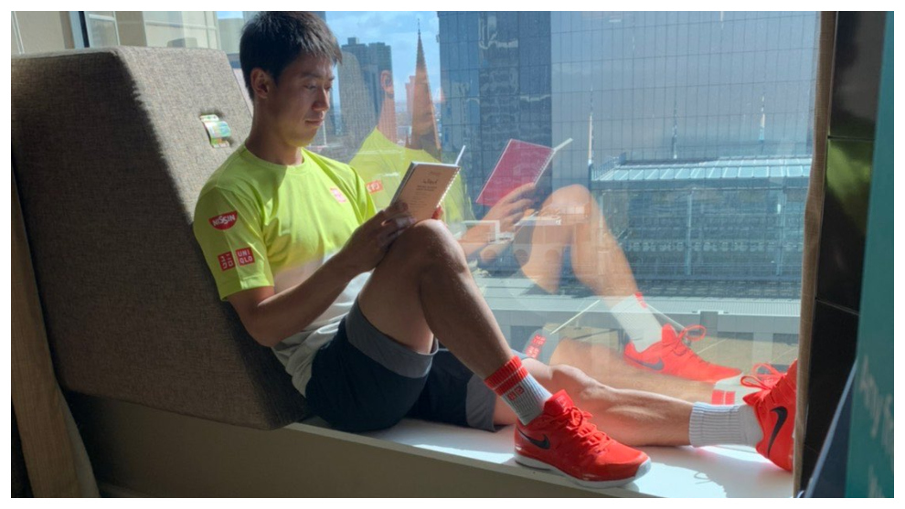 Nishikori leyendo un libro en la habitación de su hotel