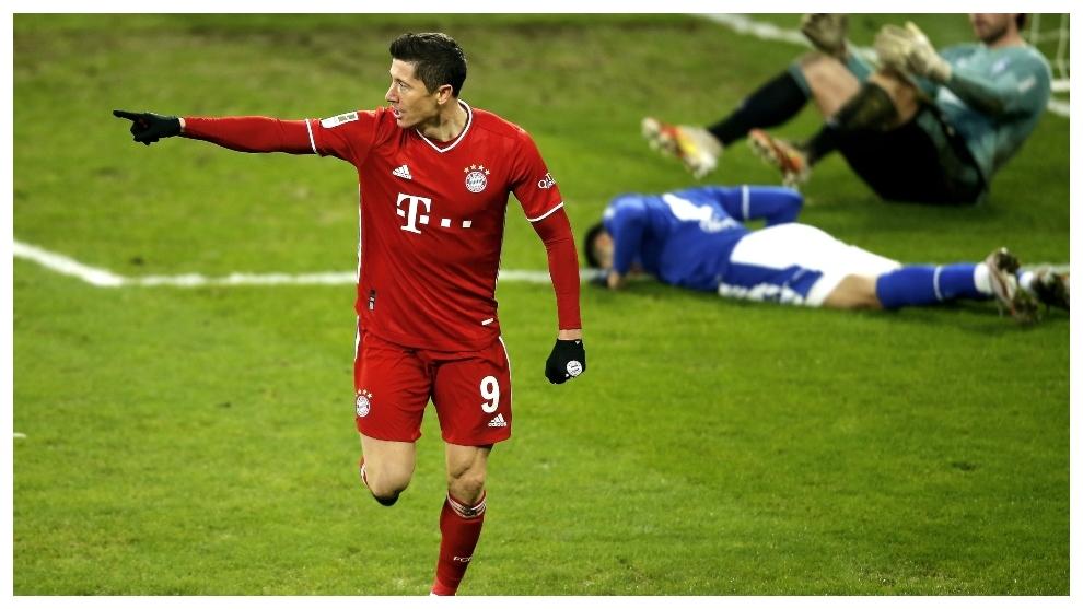 Robert Lewandowski celebra su gol contra el Schalke.