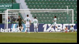 De Jong remacha en la misma línea de gol el 0-1 del Barcelona en...