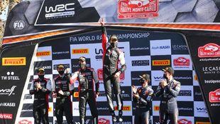 Sebastien Ogier celebra el triunfo en el Rally de Montecarlo 2021.