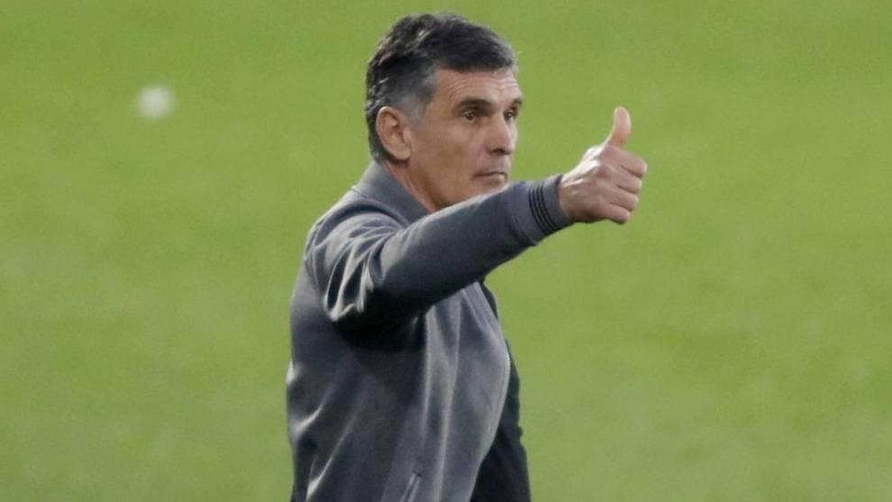 José Luis Mendilibar hace un gesto de aprobación.
