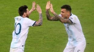 Paredes felicita a Messi en un partido con Argentina.