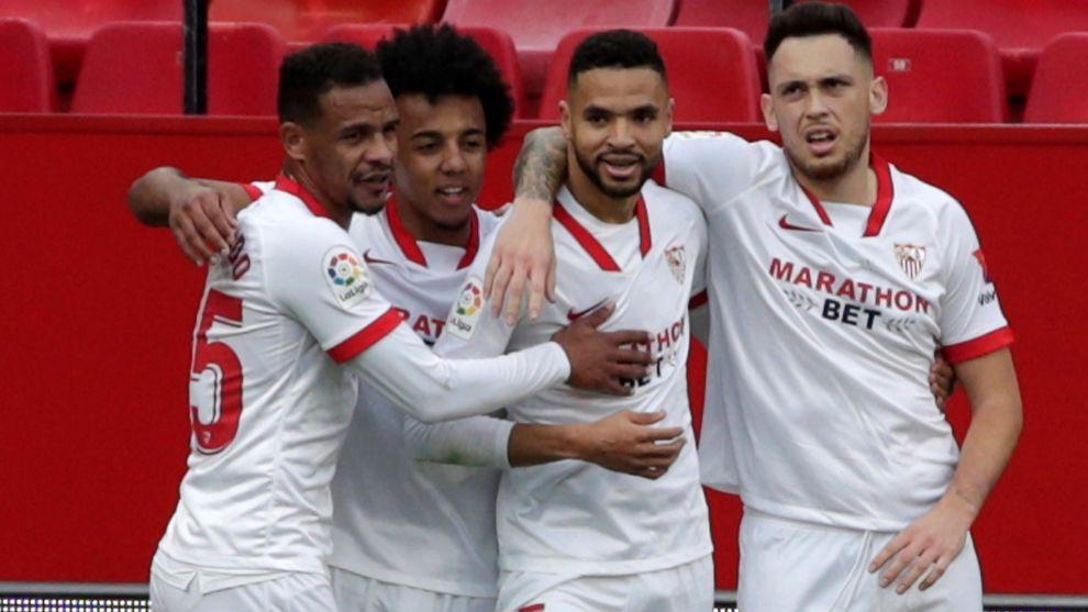Fernando (33), Koundé (22) y Ocampos (26) felicitan a En-Nesyri (23)...