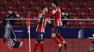 Joao Félix celebra el gol del Atlético con Luis Suárez.