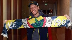 Mesut Özil posa con la bufanda del Fenerbahçe en el momento que...