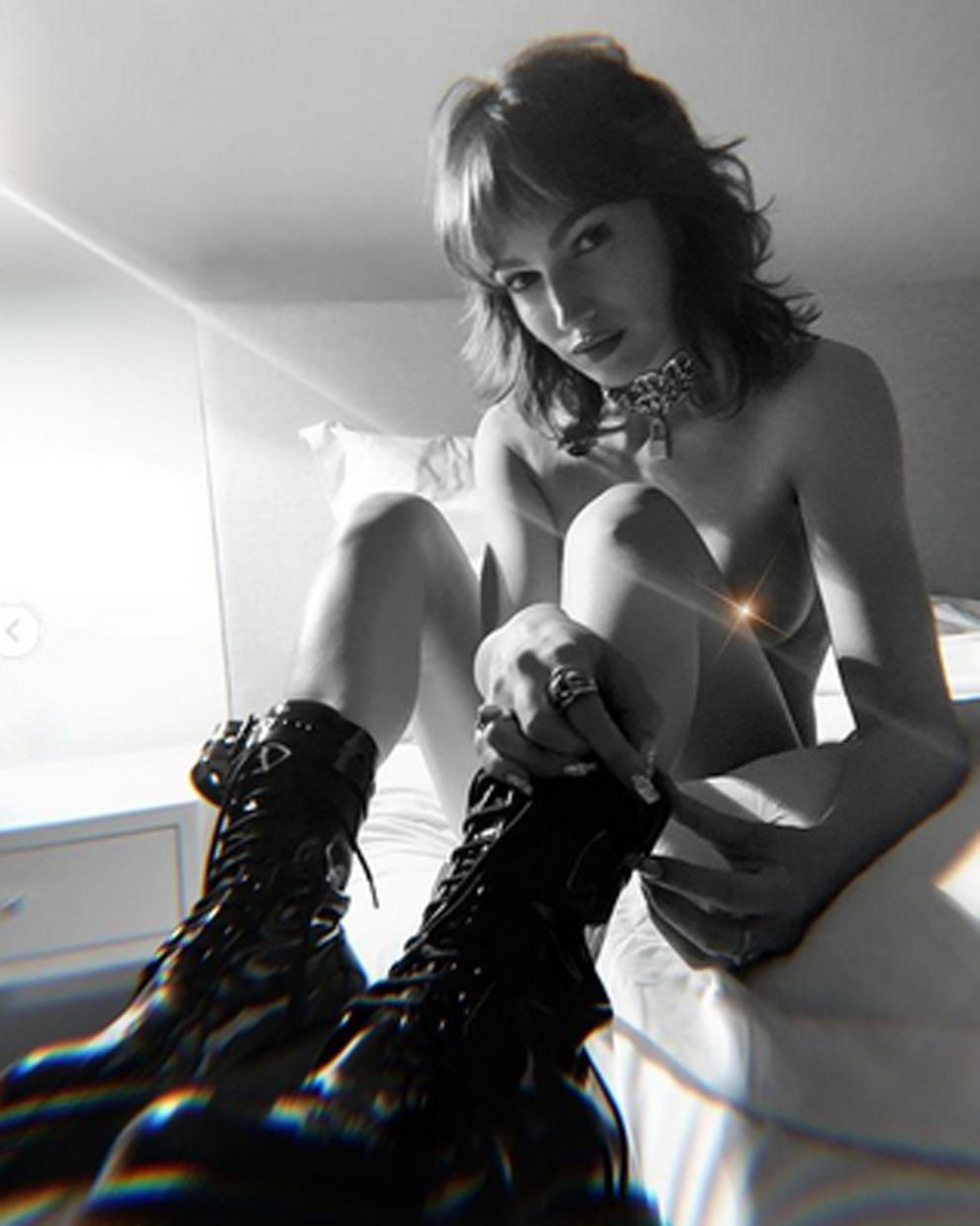 Úrsula Corberó publica unas fotos en topless en Instagram en la que...