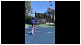 Olympia imita a su madre Serena en la pista de tenis