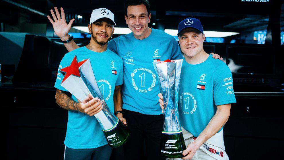 Hamilton, Wolff y Bottas, tras un doblete de Mercedes este año.