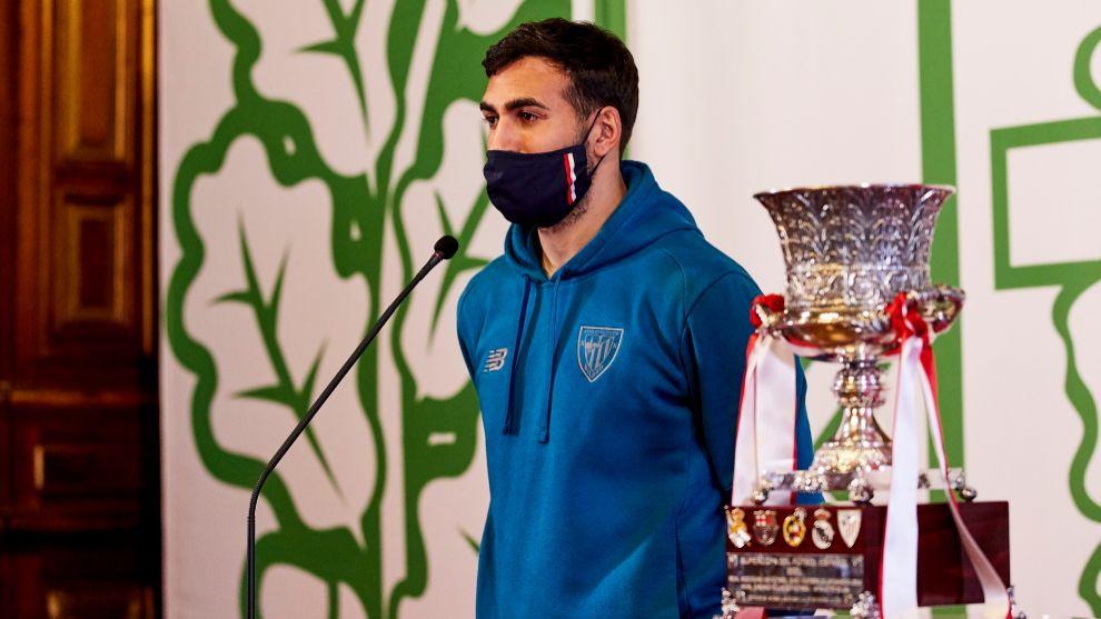 Balenziaga posa junto a la Supercopa durante el recibimiento en la...