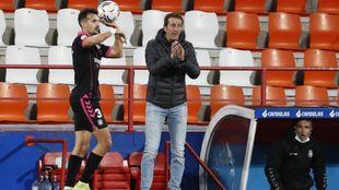Álex Muñoz se dispone a sacar de banda delante de Ramis en el Anxo...