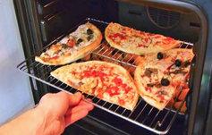 Dos pizzas en una en el horno.