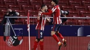 Suárez y Joao celebran uno de los goles ante el Valencia.