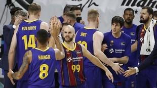 Los jugadores del Barcelona, antes de un tiempo muerto.