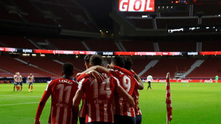 Los jugadores del Atlético celebra un gol ante el Valencia.