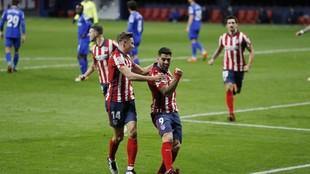Suárez y Llorente celebran un gol del Atlético