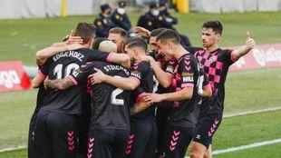 Los jugadores arlequinados celebran el gol del empate en Almería