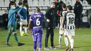 Garrido felicita a sus jugadores tras el triunfo ante el Sporting