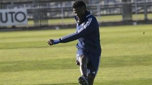 Bikoro, en un entrenamiento con el Real Zaragoza.