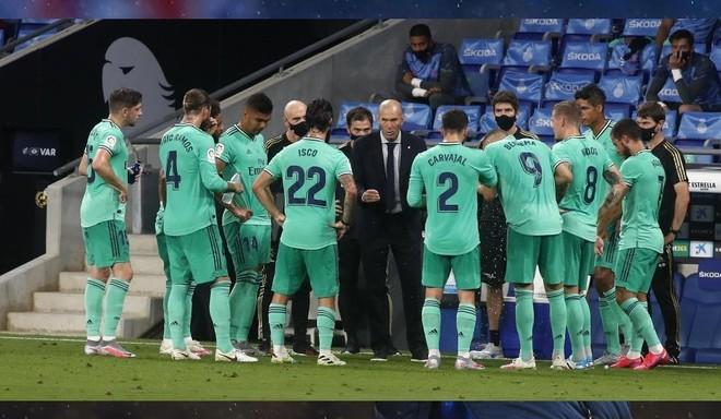 Zinedine Zidane habla con sus jugadores en el partido disputado en...