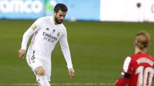 Nacho Fernández en un duelo con el Real Madrid.