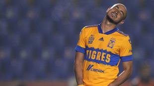 Carlos González en un juego de Tigres.