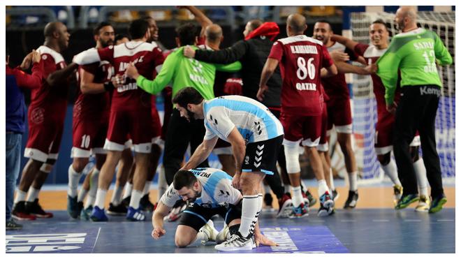 Dos jugadores argentinos se lamentan tras la derrota mientras los...