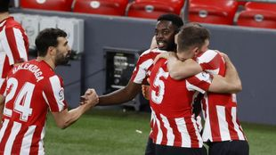Los jugadores del Athletic se abrazan tras el 2-1 marcado por Yeray.