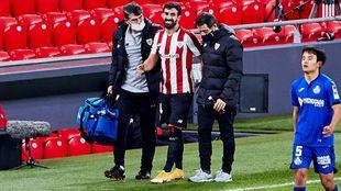 Balenziaga se retira lesionado acompañado por el doctor Angulo y el...