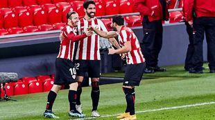Raúl García celebra con Muniain y Balenziaga su segundo gol del...