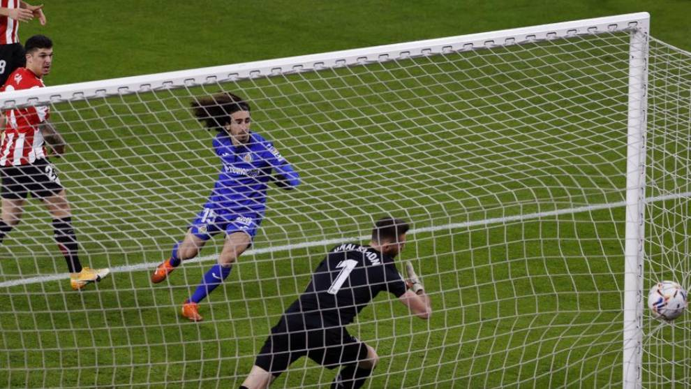 Cucurella anota el primer gol del partido.