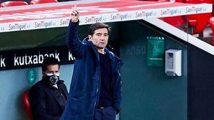 Marcelino hace un gesto a sus jugadores durante el partido.
