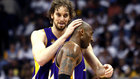 Pau Gasol felicita a Kobe Bryant tras una canasta ante los Celtics en...