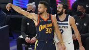 Ricky Rubio observa un lanzamiento de Stephen Curry