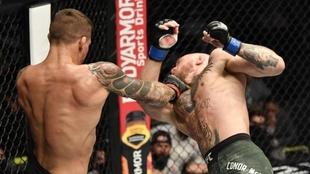 Dustin Poirier y Conor McGregor en su pelea de UFC 257 en Abu Dabi.