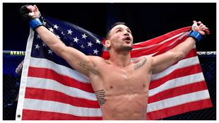 Michael Chandler con una bandera de Estados Unidos tras vencer a...