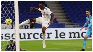 Tino Kadewere marca un gol contra el Marsella que luego anuló el VAR.