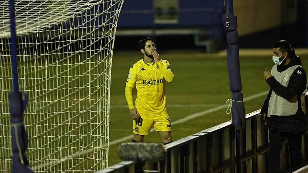 Hugo Fraile celebra con un beso su gol al Albacete... aunque sirvió...