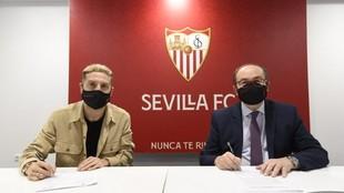 Papu Gómez firma su nuevo contrato.