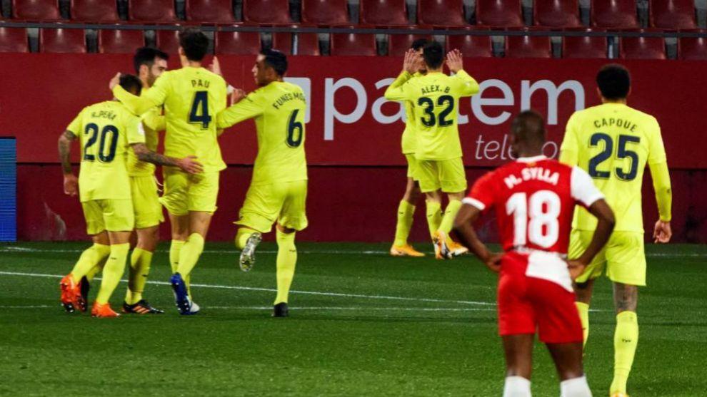 Los jugadores del Villarreal celebran el gol de Pino.