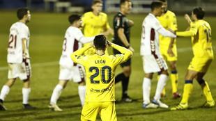 León, autor del penalti, y sus compañeros le protestan a Pulido...