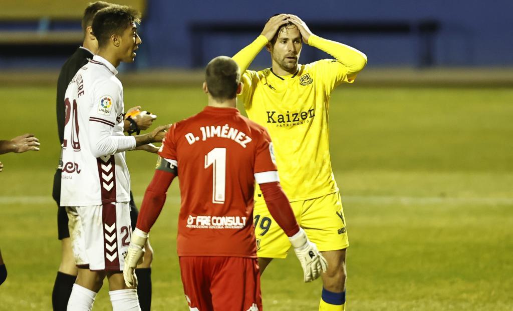 David Fernández se lleva las manos a la cabeza tras señalar el árbitro la pena máxima