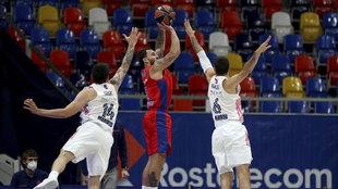 Mike James anota el triple que dio el triunfo al CSKA ante el Real...