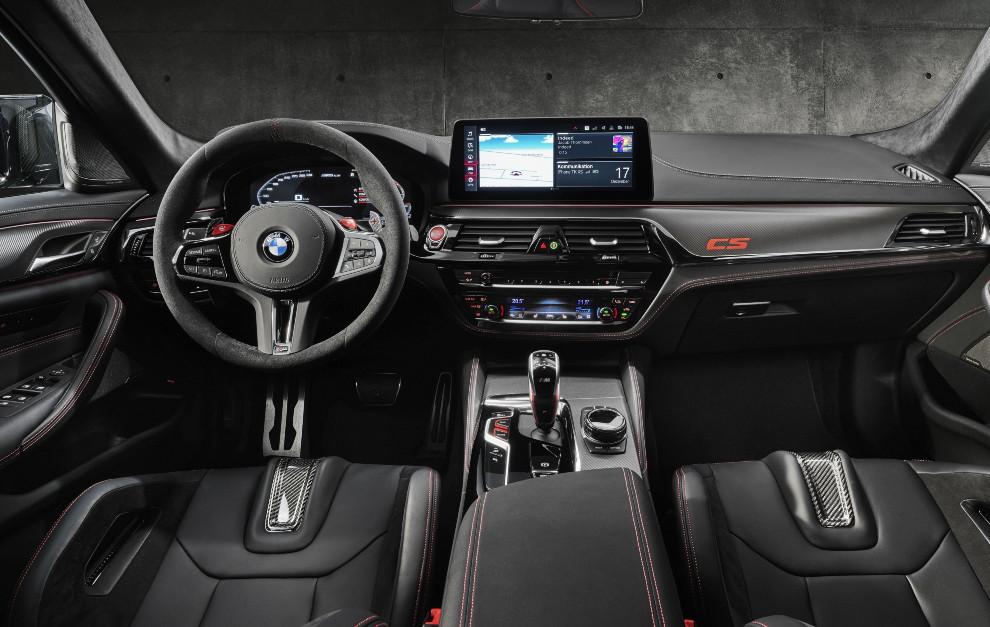 Tras el volante con detalles de competición hay dos levas hechas en fibra de carbono.