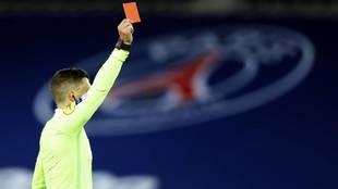 Un árbitro de la Ligue 1 muestra una tarjeta roja en el Parque de los...