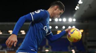 James agarra el balón durante un partido del Everton.