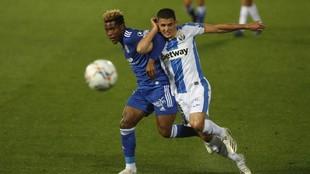 Cedric disputa un balón con Palencia en el partido ante el Leganés.